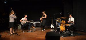 Camille improvise un blues avec des amis lors dune scène ouvert