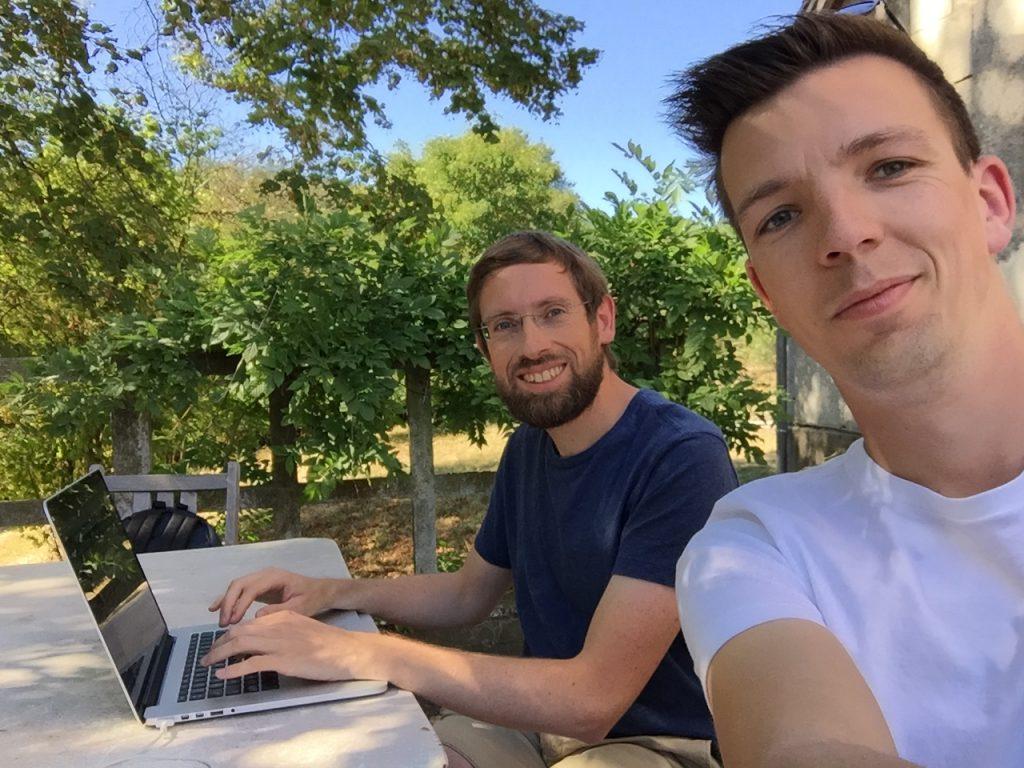 Matthieu et Camille en plein brainstorming à la campagne