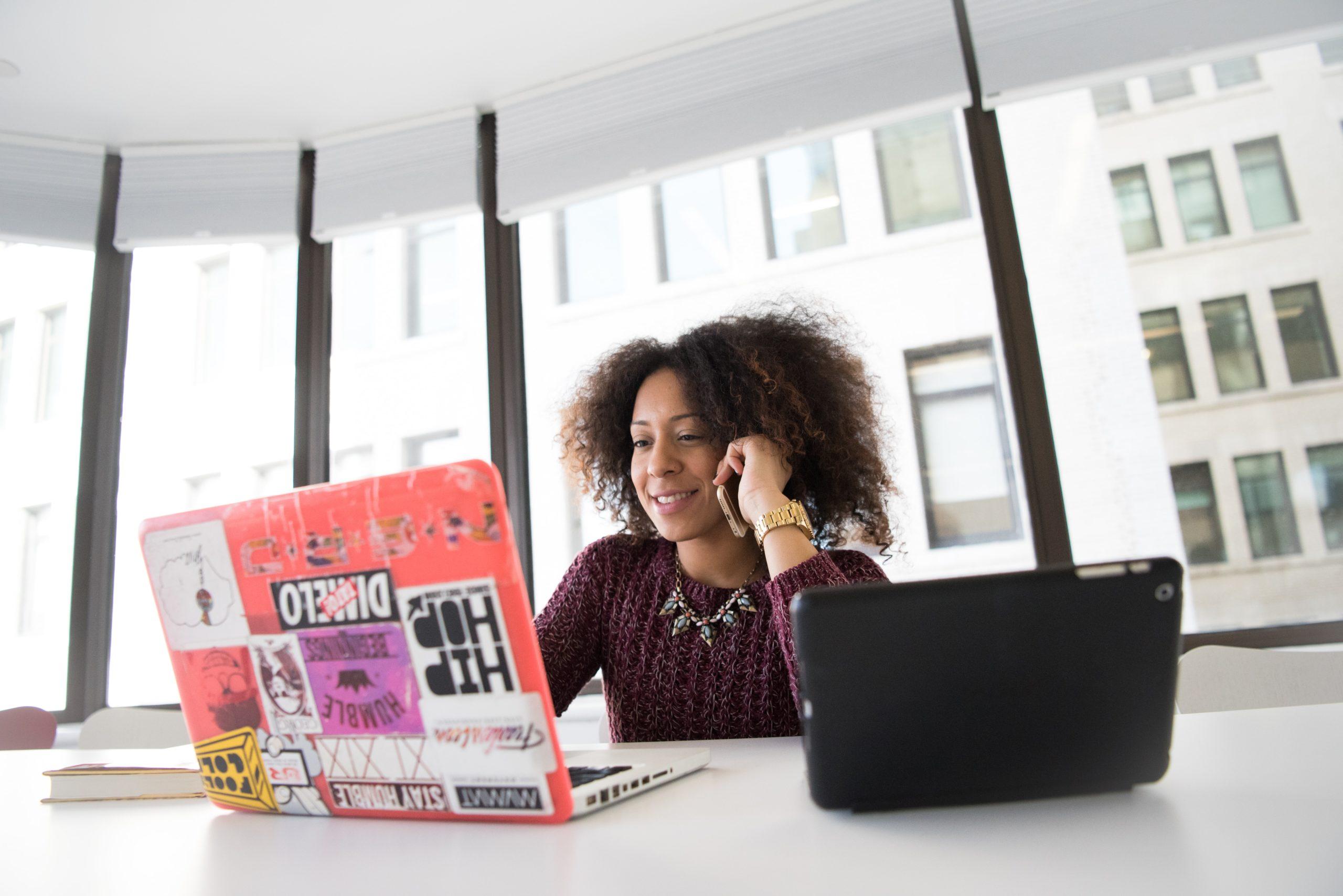 femme ordinateur informatique